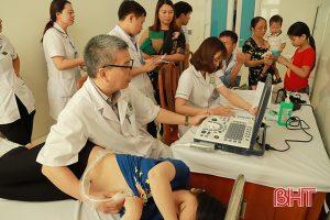 Khám sàng lọc và tư vấn điều trị bệnh tim miễn phí cho hơn 500 trẻ em Hà Tĩnh